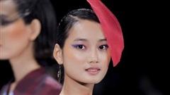 Quỳnh Anh làm vedette trình diễn BST của nhà thiết kế Tinny Ink Hoàng Quyên