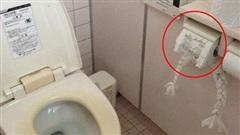 Vừa bước vào nhà vệ sinh công cộng, cô gái phát hiện một 'gương mặt kì dị' trên khay đựng giấy đang nhìn chằm chằm vào phía mình