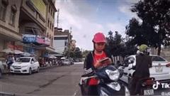 Clip: Cô gái dừng xe giữa đường dùng điện thoại gây cản trở giao thông, còn tỏ thái độ khi tài xế ô tô nhắc nhở