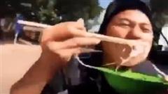 Cách ăn cơm trong vội vã của những người 'nhà bao việc' khiến ai xem xong cũng buồn cười vì độ lầy lội