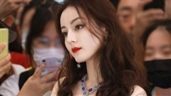 Địch Lệ Nhiệt Ba được khen xinh như búp bê với ảnh selfie mới nhất