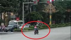 Pha dừng chờ đèn đỏ tưởng bình thường nhưng lại hóa bất thường của người phụ nữ