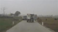 Xe tải quên đóng cửa sau đập người đi xe máy văng xuống ruộng