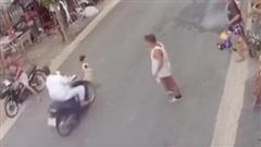 Vì bất cẩn của người lớn, đứa trẻ lao sang đường bị xe tông thảm khốc