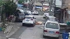 Ô tô chèn qua thùng các tông giữa đường, sự việc sau đó mới thực sự hoảng hồn