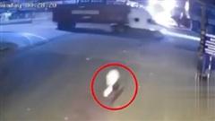 Phóng như bay qua ngã tư, người đi xe máy lao thẳng vào gầm xe container