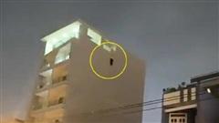 Bất ngờ phát hiện người đàn ông lơ lửng bên ngoài tòa nhà 7 tầng, tư thế tử vong gây ám ảnh