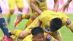 Học trò bị đạp vào bụng, HLV Sài Gòn bức xúc bởi cầu thủ SLNA 'mất dạy'