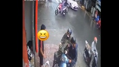 Clip: Va chạm giao thông giữa trời mưa, phản ứng của 2 thanh niên khiến người đi đường bật cười