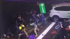 Thấy bạn trai bị đánh, người phụ nữ tay không đánh nhau với 2 gã côn đồ
