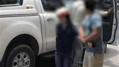 Vợ chặn xe bán tải đánh ghen bị chồng đẩy ra ngoài, bồ nhí vội xách guốc bỏ chạy