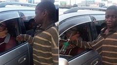 Định ghé vào xin tiền nhưng vừa nhìn thấy chủ xe, cậu bé ăn xin bật khóc và đem hết tiền ra cho: Hồi kết sau đó càng bất ngờ hơn