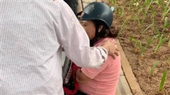 Hà Nội: Phẫn nộ nhóm thanh niên đi xe máy tông vào xe chở bà bầu, còn ngang ngược cầm gậy 3 khúc đuổi đánh người đi đường