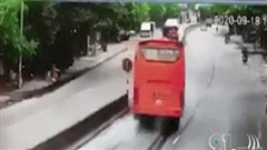 Clip: Xe khách đâm tử vong người phụ nữ đi xe đạp điện, lật giữa đường rồi va chạm liên tiếp với xe tải