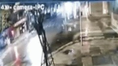 Hà Nội: Camera an ninh nhà dân 'bóc' vụ đâm xe giữa ngã tư phố Bà Triệu - Trần Nhân Tông