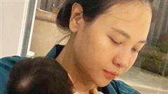 Cường Đô La hạnh phúc khoe khoảnh khắc Đàm Thu Trang chăm con gái, để lộ mặt mộc mẹ bỉm qua camera thường