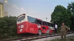 Xe chở HS Hà Nội bị tàu hỏa đâm