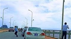 Vụ xe biển xanh dừng trên cầu Nhật Lệ