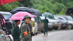 Xe chở thi thể 14 cán bộ, chiến sĩ gặp nạn ở Quảng Trị rời khỏi hiện trường đau thương: Nghẹn lòng đoàn người đứng dưới mưa mong chờ một phép màu
