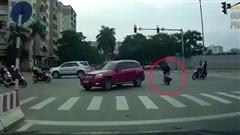 Cố vượt đèn đỏ cướp đường, người phụ nữ bị hất văng, bất tỉnh