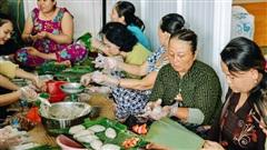 Người miền Tây tập hợp nhau tự sáng tạo 'loại bánh mới' dễ bảo quản, có thể tích trữ được nhiều ngày để gửi về miền Trung, mới 12 tiếng đã 'thần tốc' gói 5.000 chiếc!