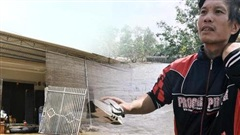 Nhà bị lũ cuốn, người đàn ông gửi vợ con cho người thân rồi xung phong đi cứu trợ người dân ngập lụt