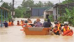 ĐỪNG LỠ ngày 25/10: Bão số 8 chưa vào đất liền, miền Trung chuẩn bị đón thêm bão mạnh; Cứu trợ sau trận 'đại hồng thủy' ở Quảng Bình
