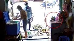 Clip: Nam thanh niên xúi giục bé trai trộm điện thoại của người bán dừa gây bức xúc