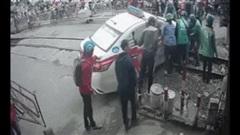 Clip: Cố lao qua rào chắn, taxi bị mắc kẹt trên đường ray, người dân tá hỏa giải cứu - 2 phút căng thẳng cao độ