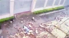 Cô gái bị bức tường dài 30m đổ sập, đè lên người