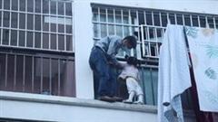 Người hàng xóm cứu bé gái 3 tuổi đứng chênh vênh ngoài ban công chung cư