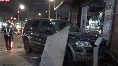 Xe ô tô mất lái tông nhiều xe máy ở quận Gò Vấp khiến 4 người bị thương