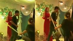 Đang nhảy nhót trên sân khấu tổ chức hôn lễ, người đàn ông bị vợ cầm cán chổi đuổi đánh