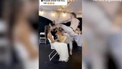 Chú rể cởi trần trong hôn lễ, thẳng chân đạp vào mặt cô dâu, song thái độ vỗ tay hoan hô của quan khách mới lạ nhất