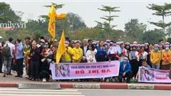 HOT: Người dân tập trung đông ở sân bay chào mừng Đỗ Thị Hà về quê sau hơn 1 tuần đăng quang Hoa hậu Việt Nam