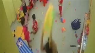 Trẻ mầm non vẽ lên tường, cô giáo coi như 'quân thù': đánh tới tấp, đập bạo lực