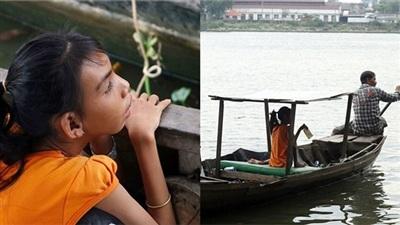 Cảm động người cha 16 năm chở con gái teo não bẩm sinh nhặt rác trên sông