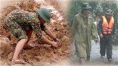 Nghẹn lòng hình ảnh chiến sĩ công binh tay không bốc đất, tìm thi thể đồng đội