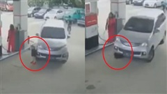Một phút lơ đãng của bố mẹ, em bé bị chiếc xe ô tô đâm trực diện tại cây xăng khiến nhiều người thót tim