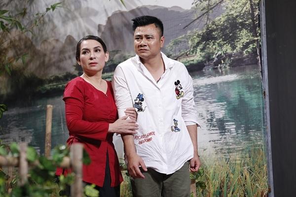 Vì sợ Phi Nhung sẽ tiết lộ thêm nhiều chuyện nữa, Hoài Linh vội vã ngăn cản.