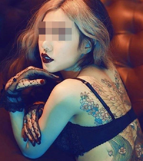 Cô gái tên Ngọc Anh gây ấn tượng với hìnhxăm kín lưng, kéo dài đến tận đùi.