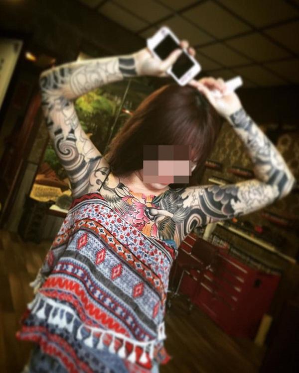 Một cô gái khác lại chọn xăm kín hình những bông hoa lên cơ thể mình.