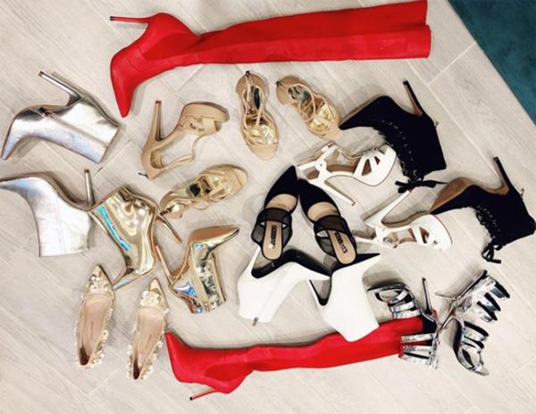 Bảo Thy khoe chiến tích mua được 11 đôi giày trong chuyến lưu diễn tại Úc.