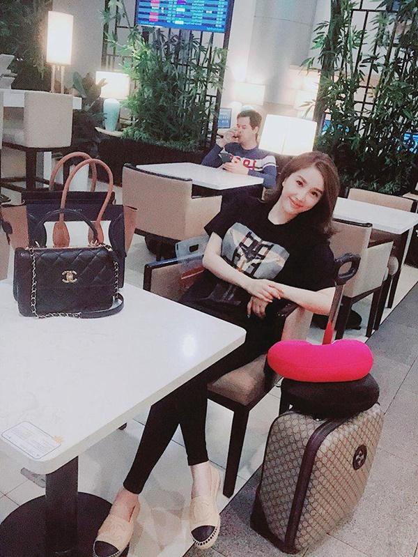 Trong một hoàn cảnh khác, Bảo Thy chọn áo phông đen và quần legging đi cùng túi Chanel cùng màu áo.