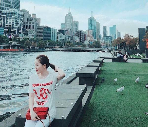 Khi đi chơi, chọn áo phôngGucci họa tiết đỏ, tệp màu với túi LV.