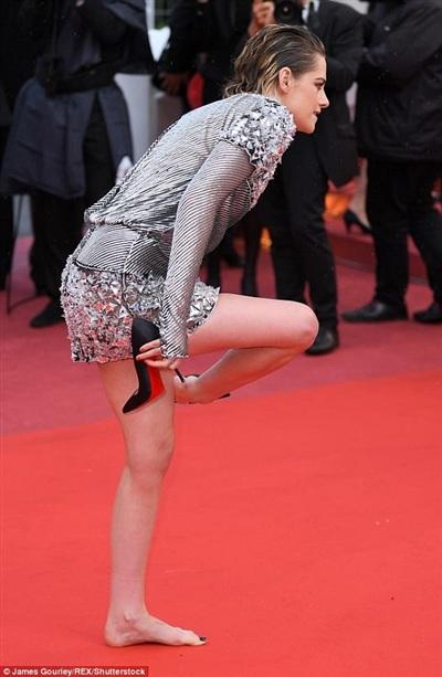 Đã tháo giày đi chân trần, Kristen Stewart lại còn ngáp ngắn ngáp dài trên thảm đỏ Cannes 2