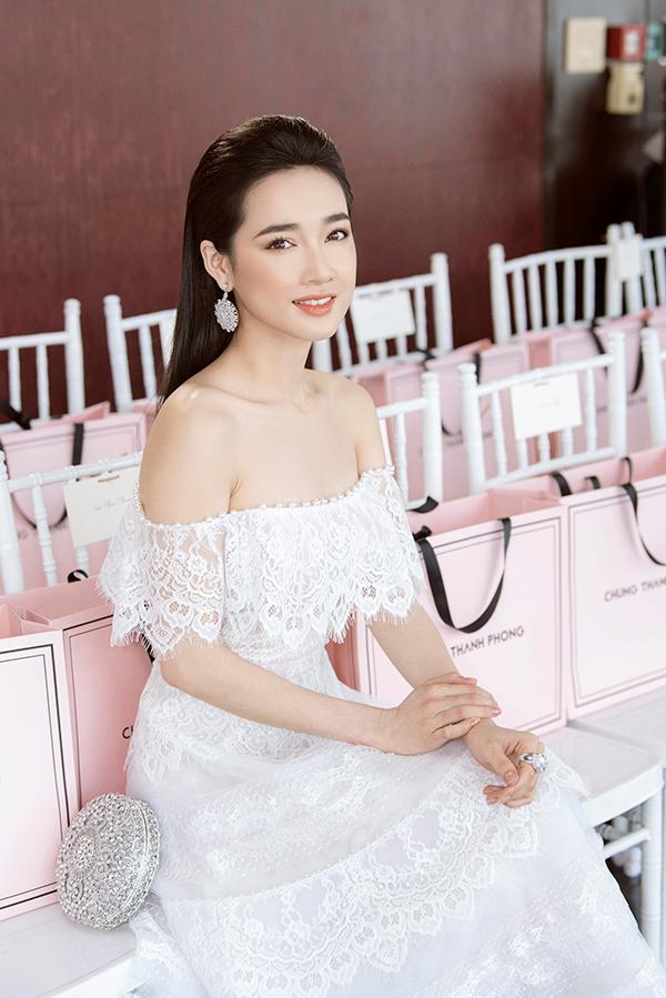 Nhã Phương đẹp tinh khôi, Mỹ Linh sắc sảo tại Chung Thanh Phong Fashion Show 2