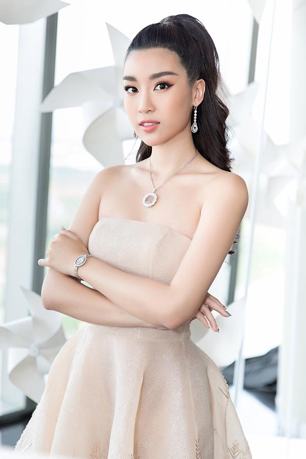 Nhã Phương đẹp tinh khôi, Mỹ Linh sắc sảo tại Chung Thanh Phong Fashion Show 6