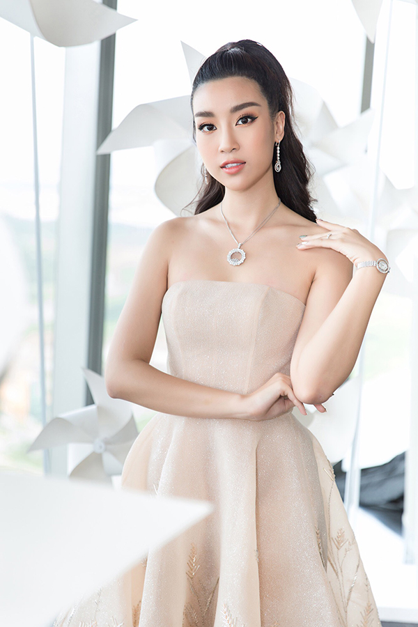 Nhã Phương đẹp tinh khôi, Mỹ Linh sắc sảo tại Chung Thanh Phong Fashion Show 7