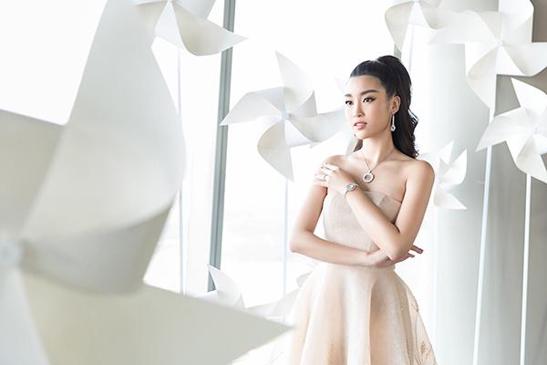 Nhã Phương đẹp tinh khôi, Mỹ Linh sắc sảo tại Chung Thanh Phong Fashion Show 4